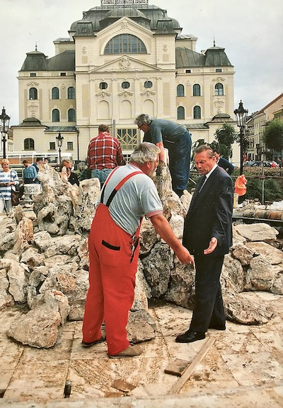 Obrázok: Primátor Rudolf Schuster na kontrolnom dni počas rekonštrukcie Hlavnej ulice, v pozadí je Štátne divadlo