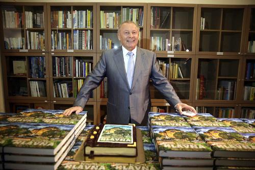 """Obr.: Exprezident Rudolf Schuster zriadil v Košiciach v roku 2015 Prezidentskú knižnicu. Na fotografii prezentuje v roku 2016 svoju 54. vydanú knihu """"Hlavná"""""""