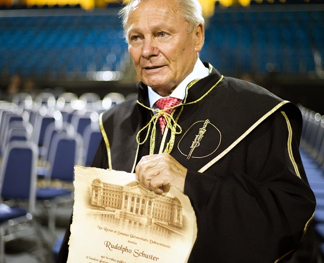 Obr.: Rudolf Schuster preberá titul Civis honoris causa (Čestný občan), ktorý mu udelila Debrecínska univerzita (Senát najväčšej univerzity v Maďarsku toto ocenenie udeľuje len v mimoriadnych prípadoch, doteraz bola jeho jedinou držiteľkou rodina Habsburgovcov za založenie a rozvoj Debrecínskej univerzity), rok 2016
