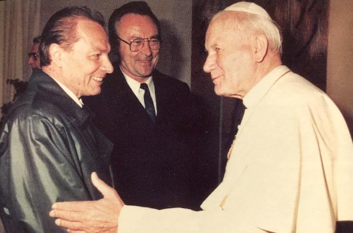 Obr.: Rudolf Schuster ako predseda Slovenskej národnej rady víta pápeža rímskokatolíckej cirkvi Jána Pavla II. na jeho oficiálnej návšteve Slovenska